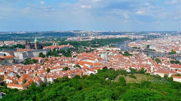 Panorama von Prag mit Prager Burg, Veitsdom und Karlsbrücke