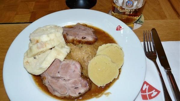 Schweinebraten mit böhmischen Knödeln und Sauerkraut