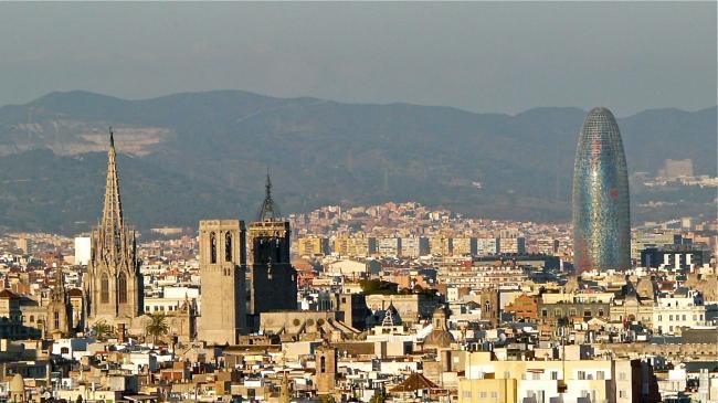 Barcelonas Skyline mit Kathedrale und Torre Agbar