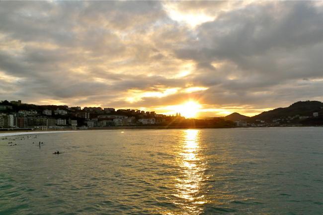 Sonnenuntergang in der Bucht La Concha in San Sebastian