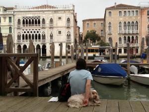 Mit Hund am Canal Grande