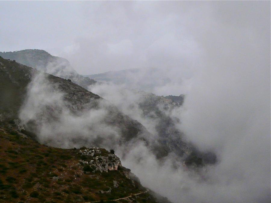 Èze im Nebel