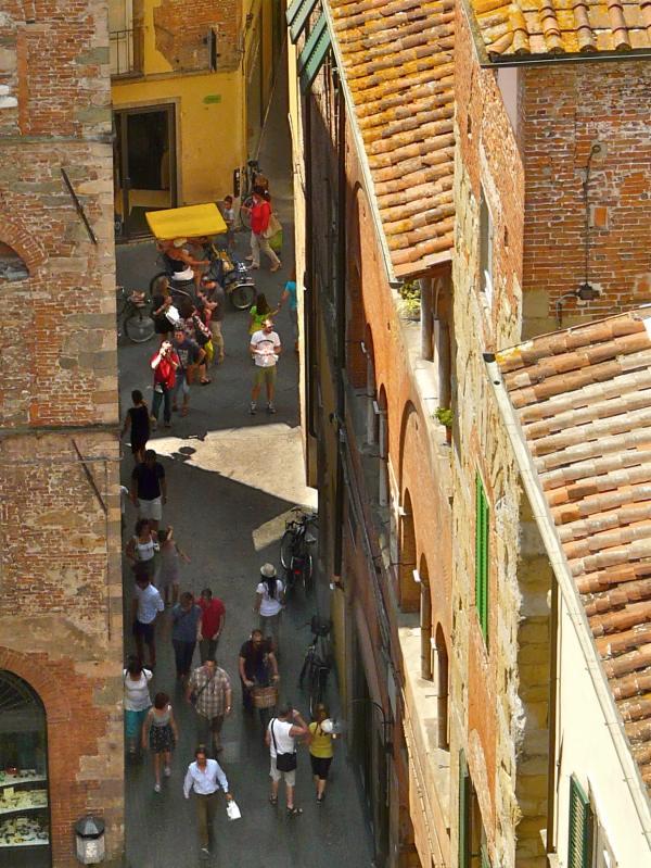Enge Gasse in Luccas Altstadt